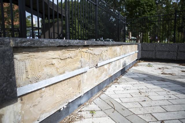 Le muret de ciment devra être refait.... (Olivier Croteau)