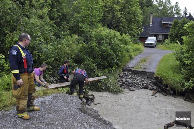 À Saint-Fulgence, plusieurs familles ont été évacuées.... (Photo Le Quotidien, Rocket Lavoie)