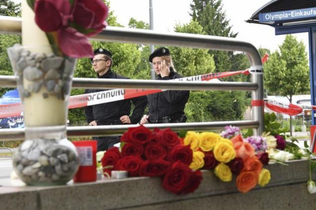 Des policiers surveillent le périmètre de sécurité établi... (PHOTO KERSTIN JOENSSON, AP)