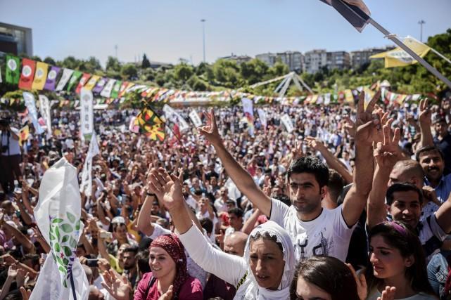 Quelques milliers de partisans du parti prokurde HDP... (AFP, Ozan Kose)