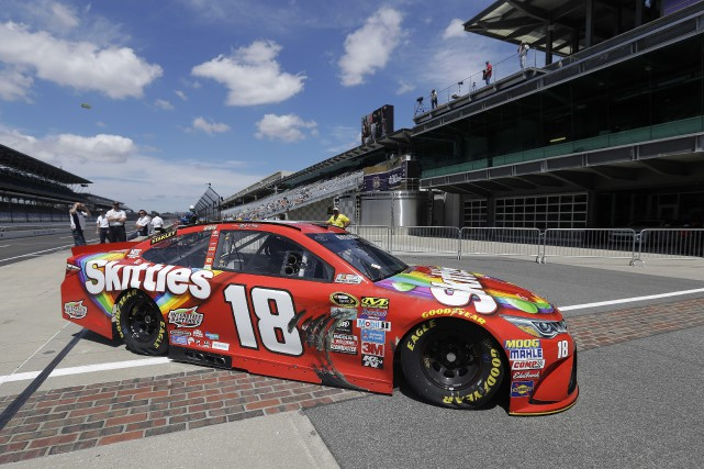 Kyle Busch a enregistré un tour rapide de 184,634... (PHOTO Darron Cummings, AP)