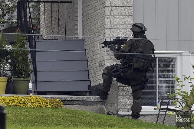 Les agents étaient postés partout autour de la... (Photo Le Progrès-Dimanche, Rocket Lavoie)