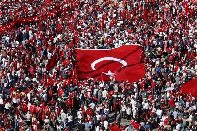 Dans la mer de drapeaux rouges turcs agités... (PHOTO BAZ RATNER, REUTERS)