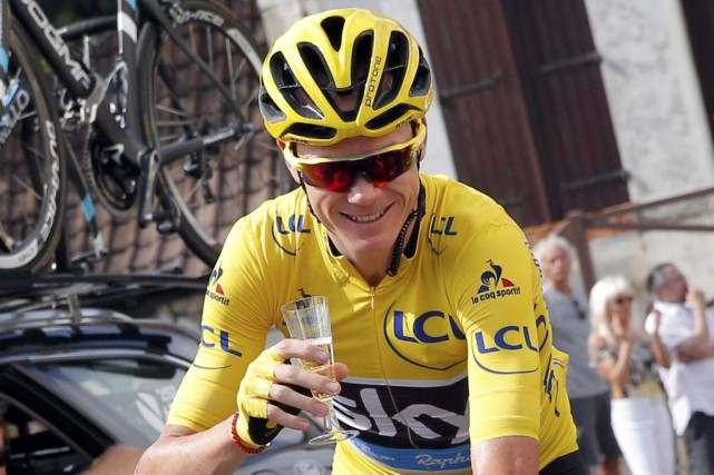 Chris Froome a pris le temps de savourer... (PHOTO CHRISTOPHE ENA, AP)