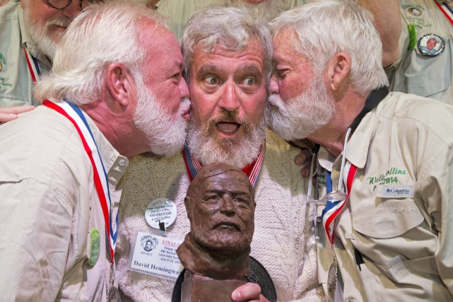 Dave Hemingway (au centre), qui n'a aucun lien... (AP, Rob O'Neal)