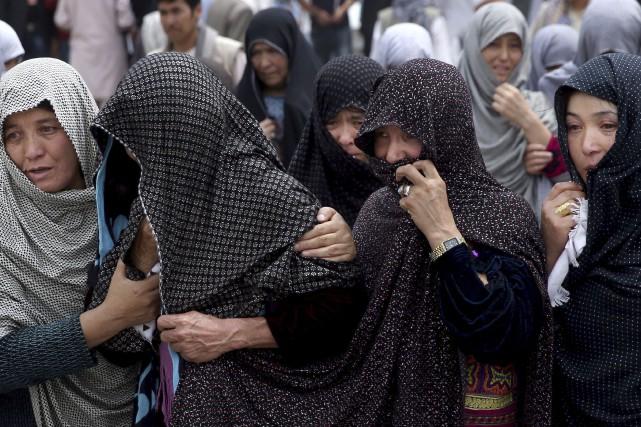 La population a pleuré les 80 victimes d'un... (AP, Massoud Hossaini)