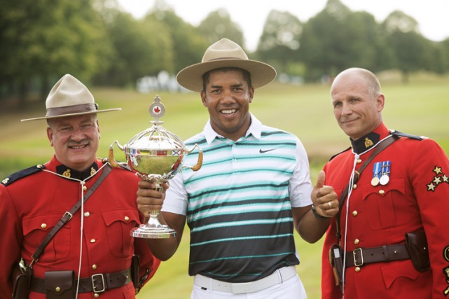 Jhonattan Vegas pose avec deux officiers de la police... (PHOTO PC)