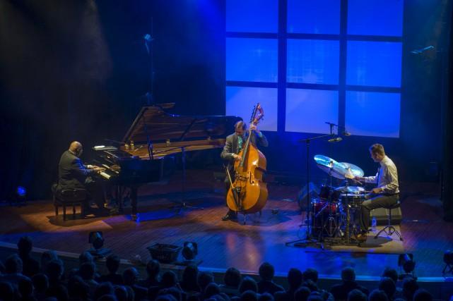 Accompagné des fidèles musiciens de son trio, le... (Spectre média, Julien Chamberland)