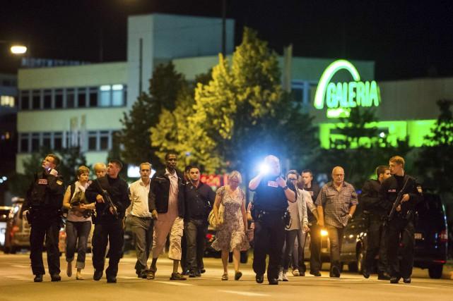 Des gens sont évacués du centre commercial après... (AFP, Stringer)