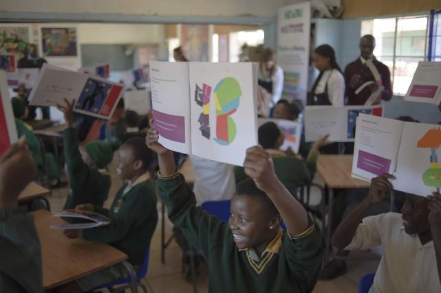 Des élèves de l'école primaire de Molaetsa, dans... (AFP, MUJAHID SAFODIEN)