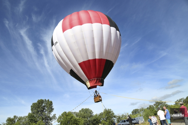 Une montgolfière a été déployée tout près du... (Julie Catudal, La Voix de l'Est)
