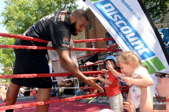 Le boxeur Éric Martel-Bahoéli a participé dimanche à... (Photo le soleil, Erick LABBÉ)