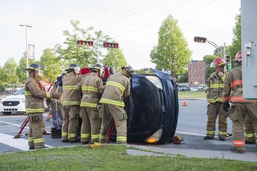 Une voiture s'est retrouvée sur le côté aux abords de la rue des... (Spectre Média, Julien Chamberland)