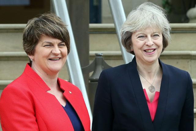 À Belfast, la première ministre britannique Theresa May(droite)... (PHOTO AFP)