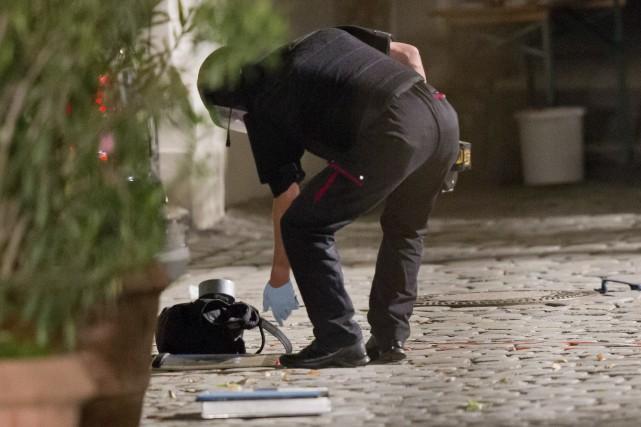 Un policier inspecte un sac à dos ayant... (AFP)