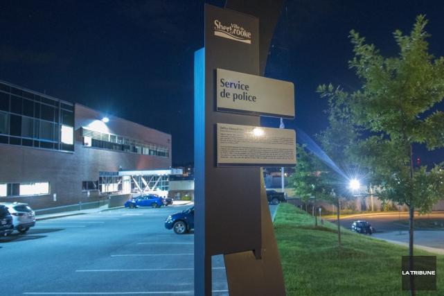 Un policier de Sherbrooke n'a pas hésité à poursuivre un voleur, tôt lundi... (Archives La Tribune, Julien Chamberland)