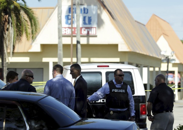 Des policiers s'activent lundi à l'extérieur du Club... (Lynne Sladky, AP)