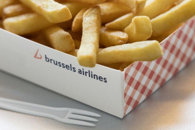 Brussels Airlines sert désormais des frites à bord... (PHOTO FOURNIE PAR BRUSSELS AIRLINES)