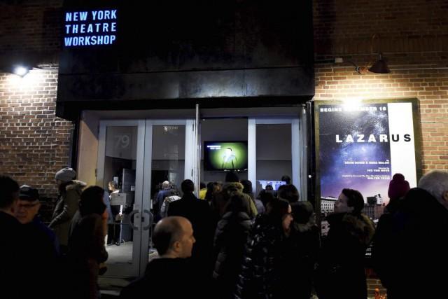 Des fans attendaient la représentation de Lazarus devant... (PHOTO ARCHIVES AFP)