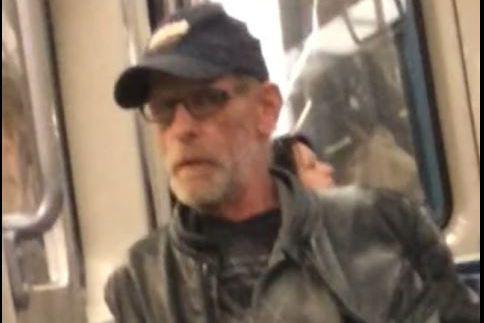 L'homme recherché a la peau blanche, les cheveux... (PHOTO FOURNIE PAR LA POLICE DE LAVAL)