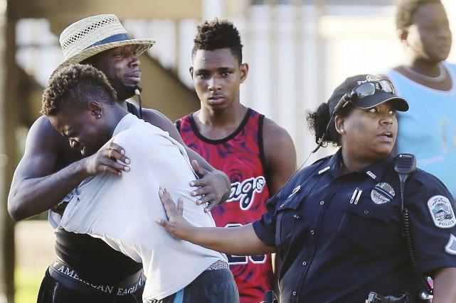 Des citoyens se réconfortent après la fusillade mortelle... (AP)