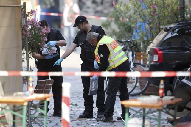 Des policiers allemands fouillaient toujours lundi le site... (AP, Daniel Karmann)