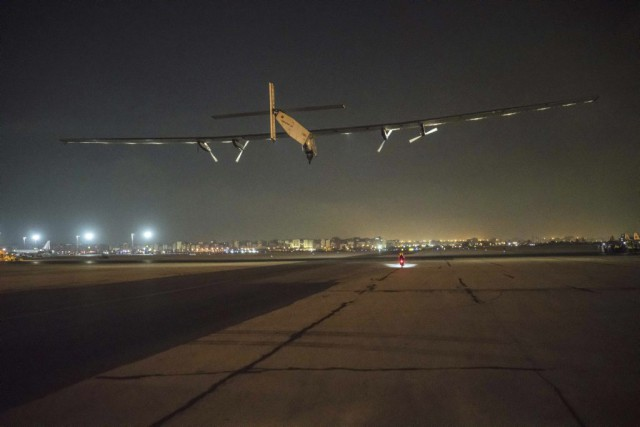 Solar Impulse 2 atterrit à Abou Dhabi, son point... (Photo AFP)