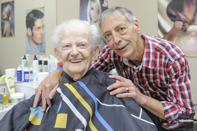 Bernard Dumais a coiffé pour la dernière fois,... (Photo Le Quotidien, Gimmy Desbiens)