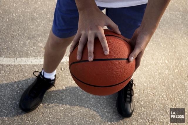 Les jeunes basketteurs de l'arrondissement Charlesbourg pourront continuer... (123RF/kuzma)