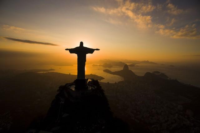 Le soleil se lève derrière la statue du... (AP, Felipe Dana)