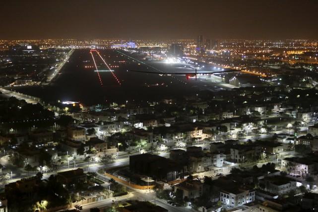 Le Solar Impulse 2 s'apprête à atterir à... (AP, Adam Schreck)