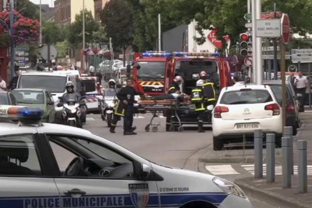Une des victimes a été transportée en ambulance.... (BFM via AP)