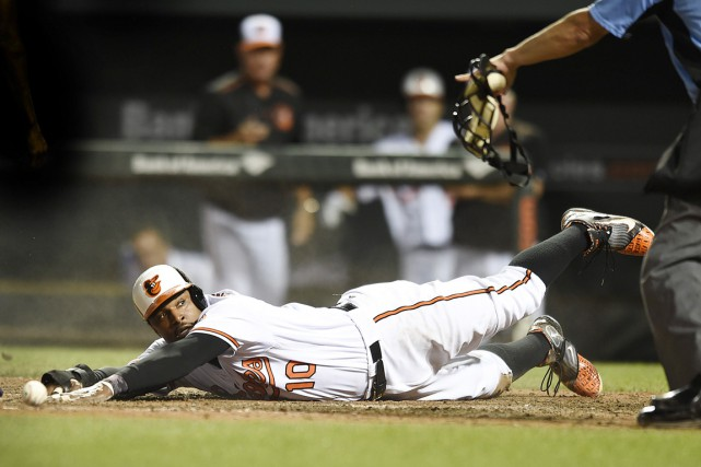 Adam Jones plonge au marbre pour donner la... (PHOTO Gail Burton, AP)