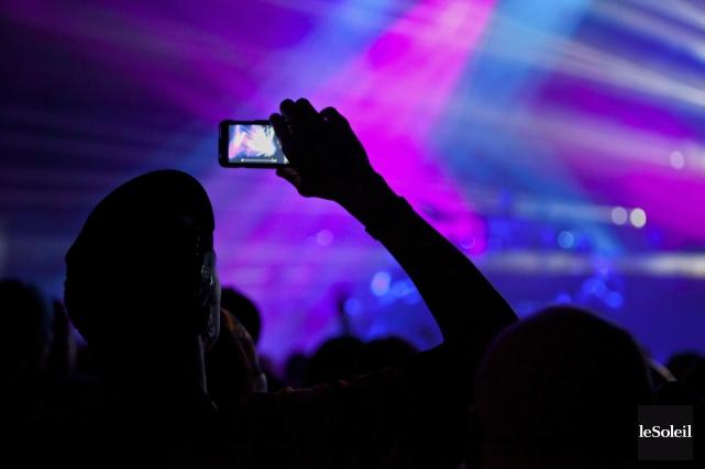 Tendus à bout de bras par des admirateurs avides d'immortaliser la soirée, les... (Photothèque Le Soleil)