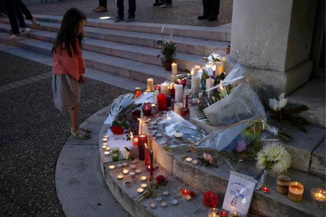 À Saint-Etiene-du-Rouvray, des dizaines de bougies ont été... (PHOTO REUTERS)