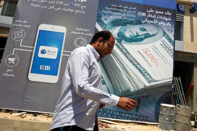 Un homme passe devant le site d'une banque... (Photo Amr Abdallah Dalsh, REUTERS)