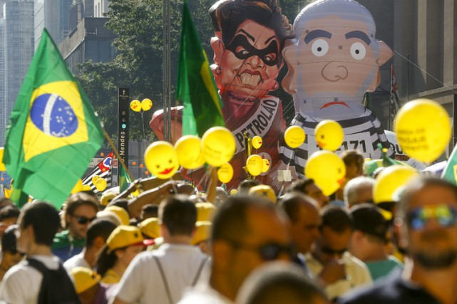 Des ballons gonflables à l'effigie deDilma Rousseff et... (ARCHIVES AP)