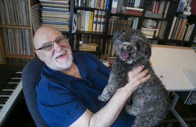 Michel Garneau, en compagnie de son fidèle chien... (Spectre média, René Marquis)