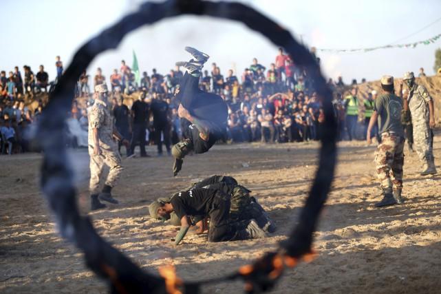 Des jeunes Palestiens montrent leurs habiletés lors d'une... (AFP)
