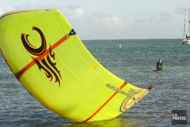 Le kitesurf, une planche de surf tractée par... (Photo: David Boily, Archives La Presse)