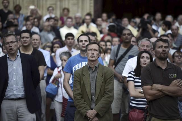 Des gens assistent à une cérémonie en hommage... (AFP)