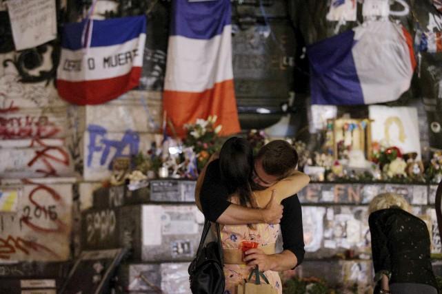 Des gens se retrouvent devant la place de... (AFP)