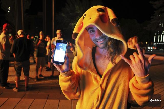 Des joueurs de Pokémon Go ratissent la Place... (Archives Le Quotidien)