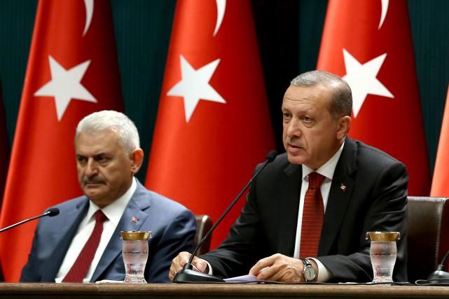 Le premier ministre turc Binali Yildirim (à gauche)... (AFP)