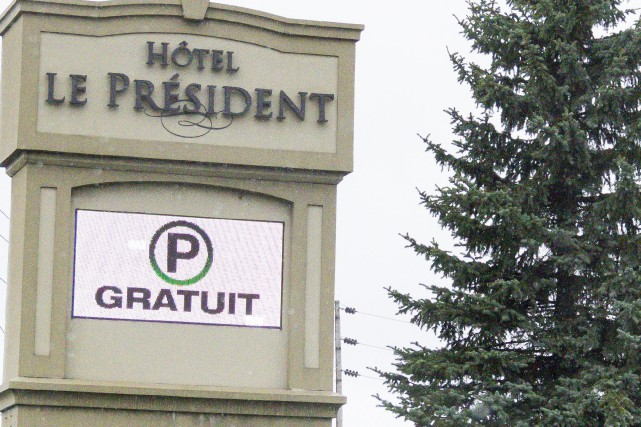 La trentaine d'employés en lock-out de l'HôtelLe Président sont retournés au... (Spectre Média, Marie-Lou Béland)