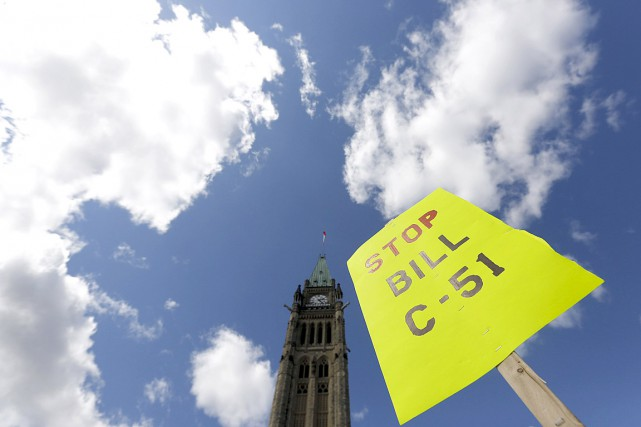 Des gens ont manifesté contre la loi antiterroriste C-51... (Photo Chris Wattie, archives Reuters)