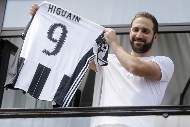 Arrivé mercredi à Turin, Higuain a profité de... (photo MARCO BERTORELLO, afp)