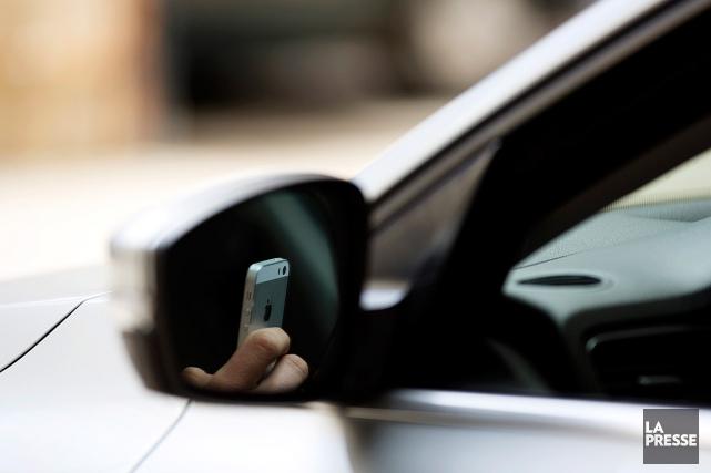Une coroner suggère d'interdire complètement le cellulaire au volant à la... (PHOTO OLIVIER JEAN, ARCHIVES LA PRESSE)