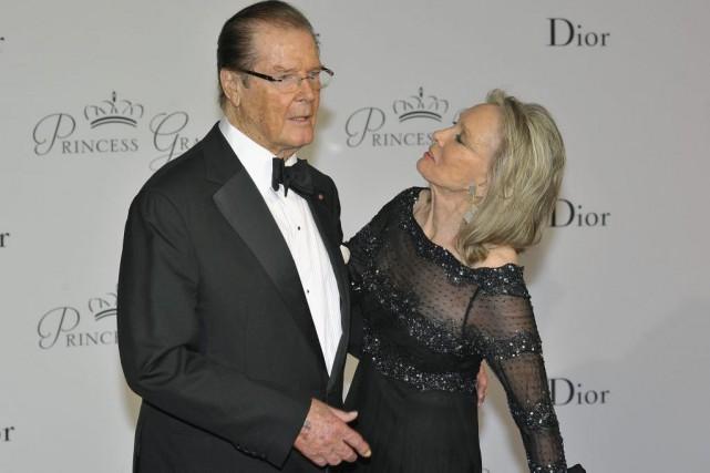 Roger Moore en compagnie de sa femme Kristina... (PHOTO ARCHIVES AP)