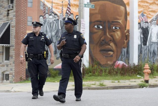 Deux policiers de Baltimore surveillent les environs où... (AP)